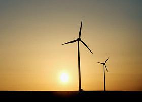 Zwei Windräder in der Abendsonne