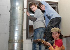 Schüler besuchen die Holzhackschnitzelanlage