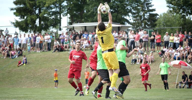 Fußballspiel - Torwart hält den Ball