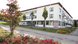 Ansicht des Seniorenenzentrums Eschachtreff im Ortsteil Seedorf mit blühenden Blumen und Bäumen