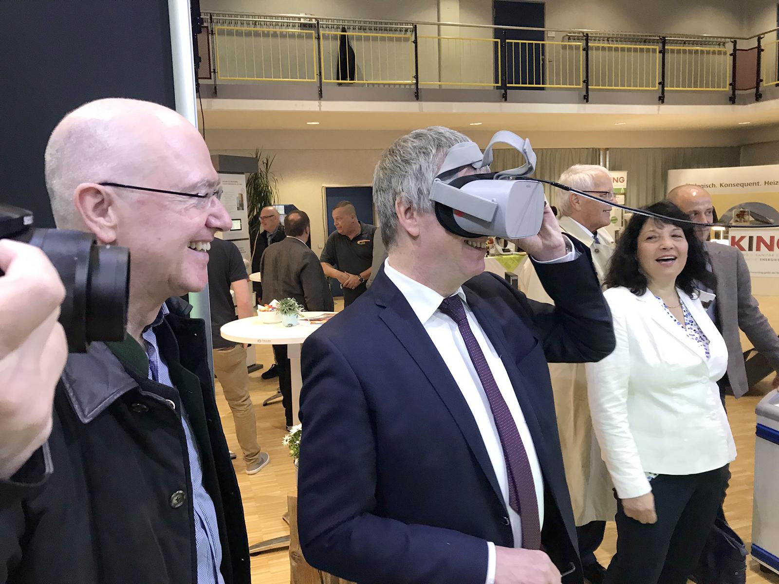 Besucher mit Virtual Reality Brille auf dem hitcom-Stand