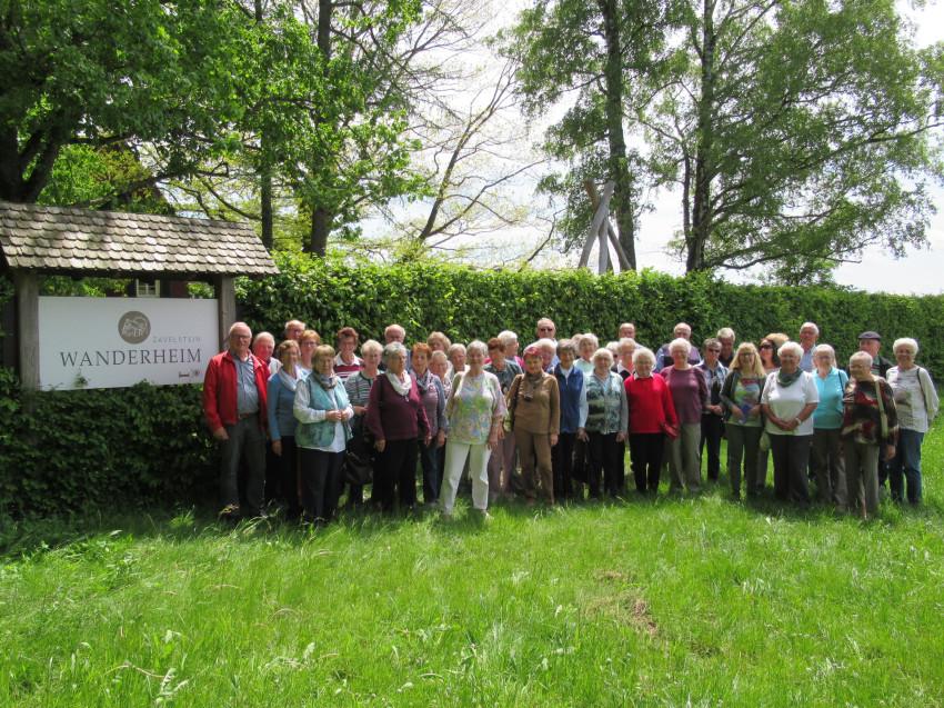 Gruppenbild vom Seniorenausflug des Frohen Alters Dunningen-Lackendorf zur Wurmlinger Kapelle 22.05.2019 auf der grünen Wiese