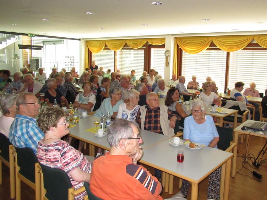 Aufnahme in der Cafeteria des Seniorenzentrums Haus am Adlerbrunn von Senioren beim Seniorennachmittag