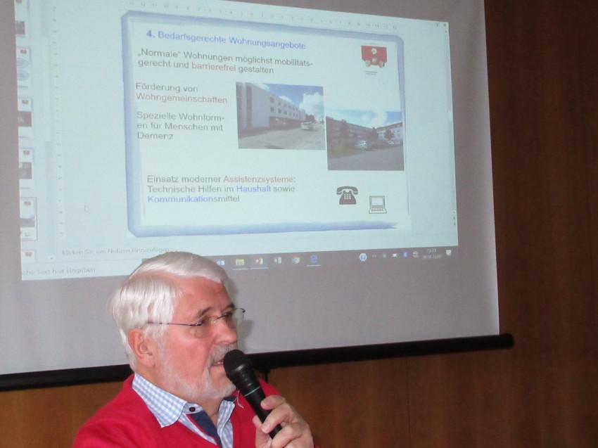 Vortrag über die Arbeit den Kreisseniorenrat in der Cafeteria des Seniorenzentrums Haus am Adlerbrunnen mit einem Tageslichprojektor