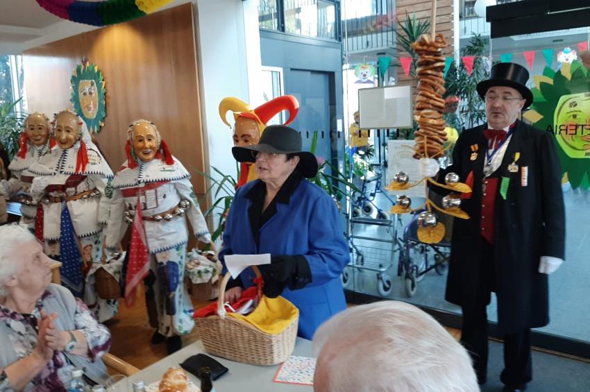 Weißnarren der Baronen Gilde Lackendorf bei der Seniorenfasnacht in der Cafeteria im Seniorenzentrum Haus am Aderlerbrunnen mit dem Präsidenten der Baronengilde und einer verkleideten Seniorin