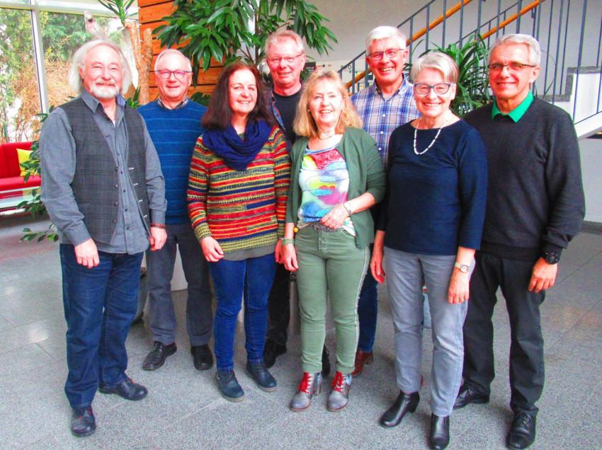 Die neue achtköpfige Führungsriege des Frohen Alters Dunningen-Lackendorf im Treppenhaus des Seniorenzentrums Haus am Adlerbrunnen