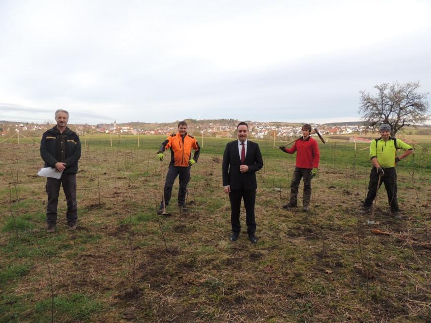 Baumpflanzaktion in Dunningen mit dem Försten, Bürgermeister und 3 Waldarbeiter